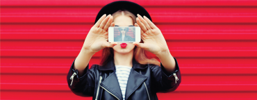 Instagram for ecommerce: a girl with a mobile phone